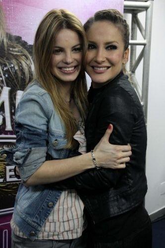 Sthefany Brito cumprimenta Claudia Leitte no camarim antes do show da cantora no Riocentro (3/7/10)