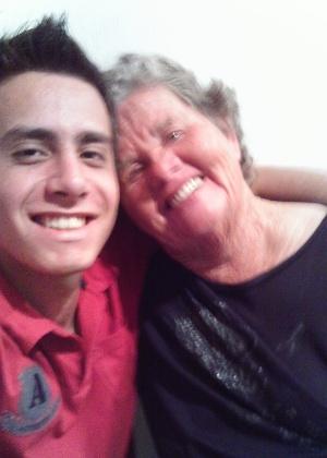 """"""" Meu riso é tão feliz contigo, te amo vó"""", declara Wilian Franson, de Itapeva (SP), para a avó Helena Elvira Franson."""