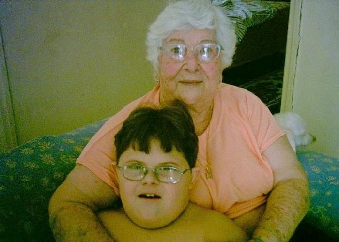 Adriem Thomaz Rozolem curte o abraço de sua bisavó Maria Sierra, em São Vicente (SP).