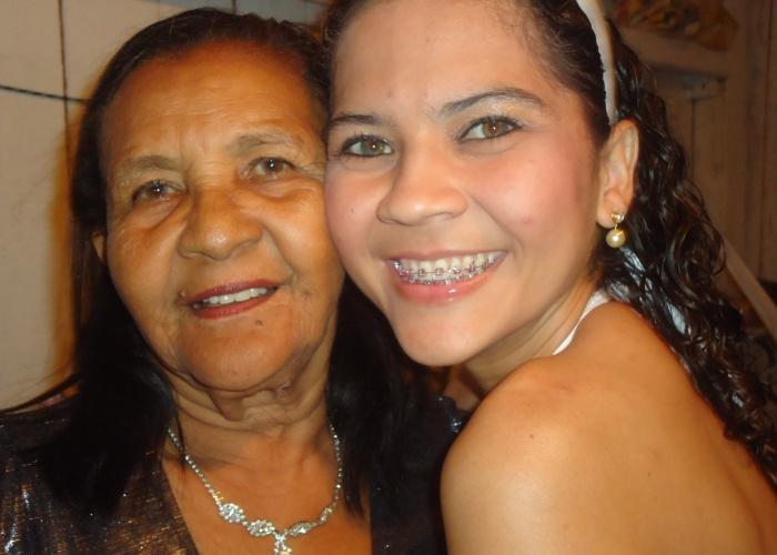 """Cláudia Sardinha de Magalhães posa ao lado da avó Luiza Sardinha. """"Quando crescer vou ser igual a ela! Te amo!""""."""