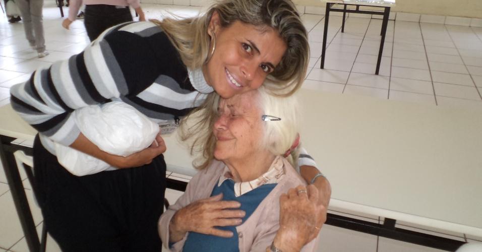 """Patrícia Rodrigues, de Guararapes (PE), visitou sua avó Lourdes Mascarelli no lar São Vicente de Paula, em Sorocaba (SP). """"Amo muito minha avó e fico muito triste em vê-la sozinha no asilo, longe dos familiares. Ela é muito especial, batalhadora e guerreira""""."""