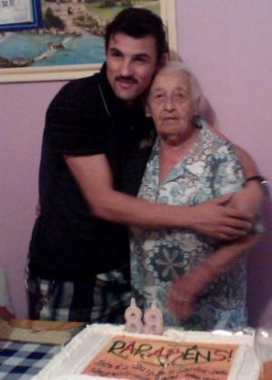 """Ricardo Zaboto, de São Paulo (SP), presta homenagem à avó Alice Amélia de Barros. """"De seu neto Zaboto com muito carinho para uma avó pra lá de especial. E também de seus 5 filhos, 17 netos e 19 bisnetos. Nós Te Amamos muito!""""."""