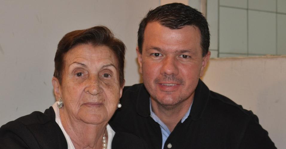"""Vanderlei Penitente Junior posa ao lado da avó Alzira Carromeu Pires, em Presidente Venceslau (SP). """"Vó te desejo toda saúde, amor, felicidade. Você é especial em minha vida!""""."""