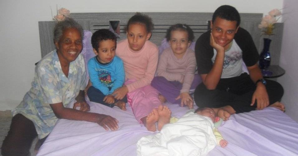 Vovó Angélica, de Salvador (BA), ao lado de seus netos Cauê, Gabriela, Naara, Aaron e a pequena Alana.