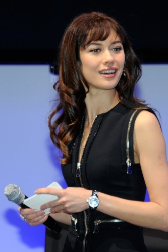 As atrizes que interpretaram Bond Girls Olga Kurylenko (esq.), em &#34;Quantum of Solace&#34;, e Caterina Murino, em &#34;Casino Royale&#34;, participam do lan&#231;amento de um box com 22 filmes do agente 007 em Blu-Ray na CES 2012 (10/1/12)