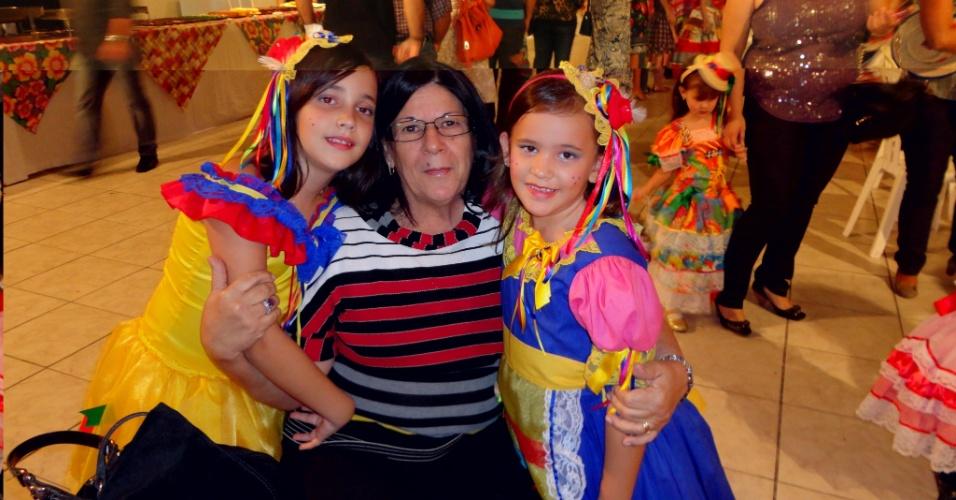 Cibelly Renata Silva de Carvalho, de João Pessoa (PB), envia foto de suas filhas Maria Vitória Carvalho Travassos e Maria Clara Carvalho Travassos ao lado da avó Marta Ellen C. Travassos.