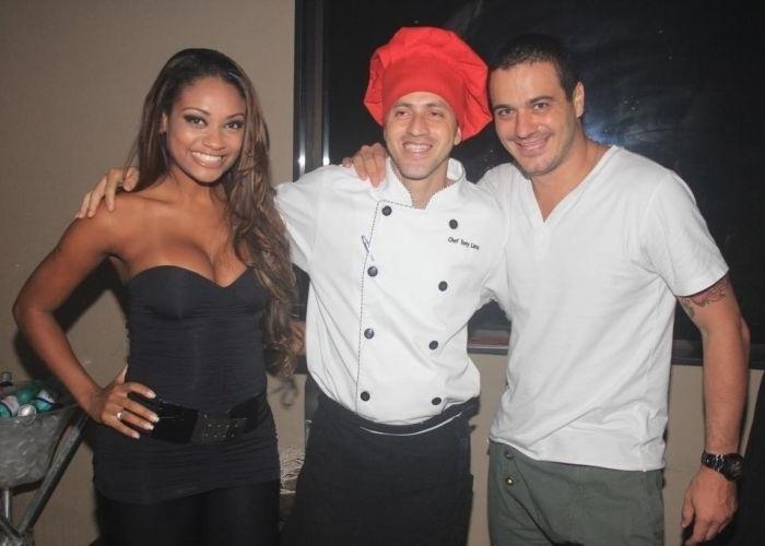 Ex-BBBs Jaque e Rafa comparecem a festa realizada no Sete Bar & Restaurante, localizado em Iataboraí, no Rio de Janeiro. Na imagem, eles posam com o chefe do restaurante (26/4/12)