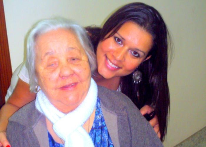 """Julia Patrice Silva, de Belo Horizonte (MG), abraça a avó Araci Gonçalves Silva em seu aniversário de 83 anos. """"Minha vovó linda é o amor da minha vida""""."""