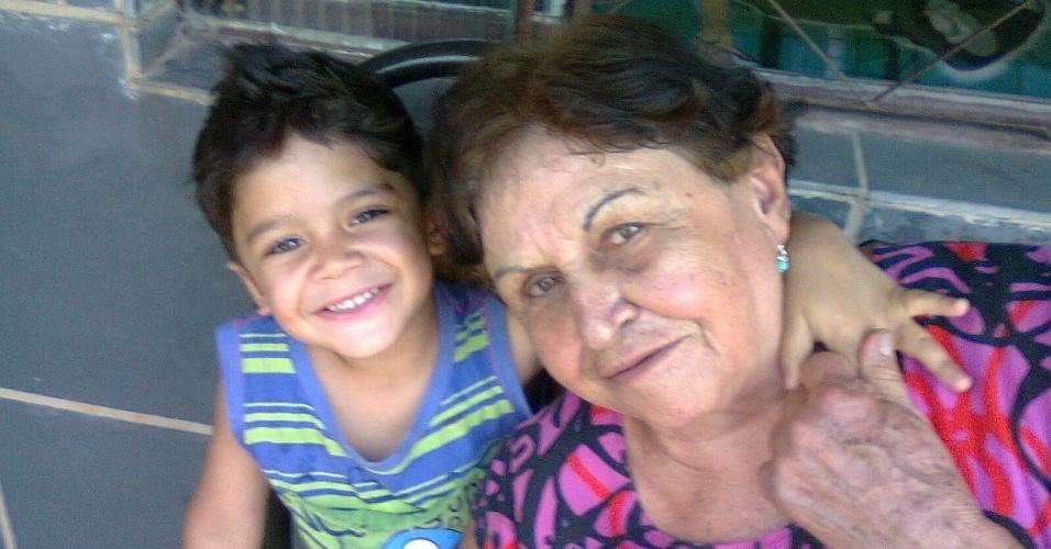 """Matheus, de Ribeirão das Neves (MG), declara seu amor pela vovó Eli. """"Minha vovó é demais, eu adoro ela!""""."""
