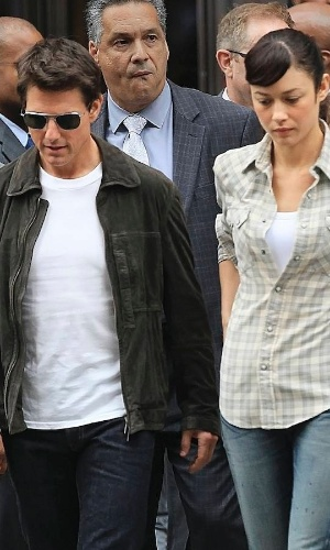 Tom Cruise e Olga Kurylenko s&#227;o fotografados juntos no set de filmagem de &#34;Oblivion&#34;, em Nova York (13/6/12). De acordo com a coluna &#34;Page Six&#34;, do jornal &#34;New York Post&#34;, Tom e Olga estariam em clima de romance durante o intervalo das grava&#231;&#245;es, mas o poss&#237;vel affair foi negado pelo porta-voz da atriz