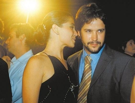 """7.jan.2003 - A atriz Giovanna Antonelli e o então namorado, o ator Murílio Benício na festa de lançamento da minissérie da Rede Globo, """"A Casa das Sete Mulheres"""", no Moinho Santo Antônio, em São Paulo"""