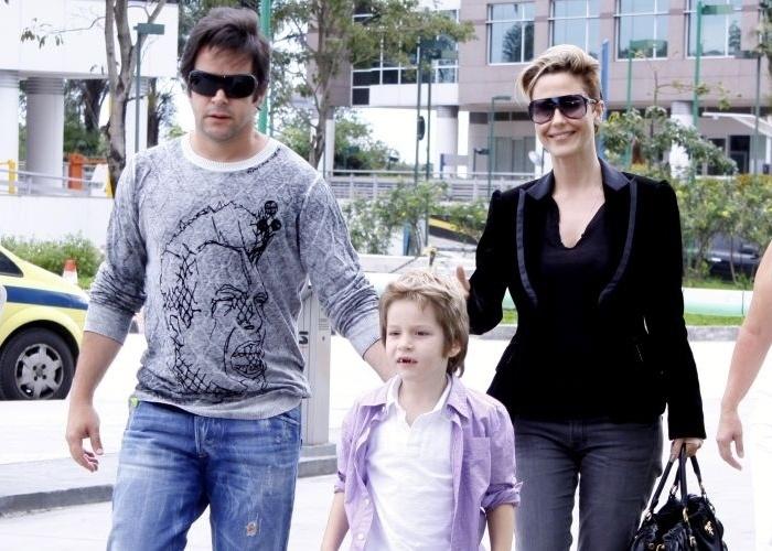 10.out.2010 - Acompanhado de Guilhermina Guinle, Murilo Benício leva o filho Pietro a maternidade do Rio de Janeiro para visitar a mãe, Giovanna Antonelli