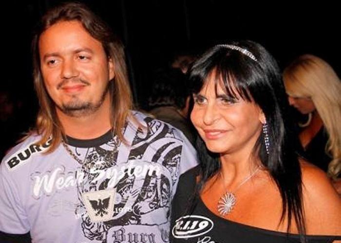 Aos 50 anos, a cantora se casou com o empresário Demmis Miranda em 2009. Os dois adotaram a filha Valentina, mas a relação do casal durou apenas um ano