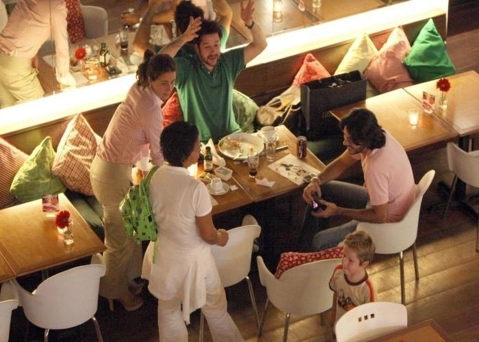 6.jan.2009 - Giovanna Antonelli e Murilo Benício, que se separaram em abril de 2004 de modo não muito amigável, jantaram juntos com o filho, Pietro, de 4 anos, em shopping carioca. O namorado da atriz na ocasião, o empresário Arthur Fernandes (de rosa), também estava lá