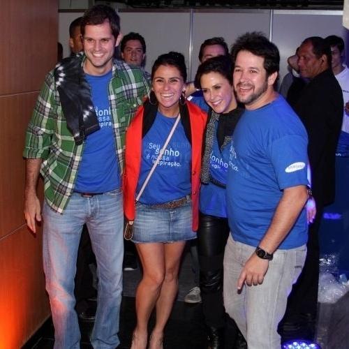 9.abr.2011 - Leonardo Nogueira, Giovanna Antonelli, Guilhermina Guinle e Murilo Benício se abraçam para foto no camarote do show do U2 em São Paulo