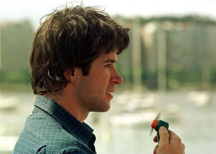 """Murilo Benício alivía o calor com um ventilador portátil durante intervalo das filmagens de """"Amores Possíveis"""" da diretora Sandra Werneck, na Urca, Rio de Janeiro (2/2/00)"""
