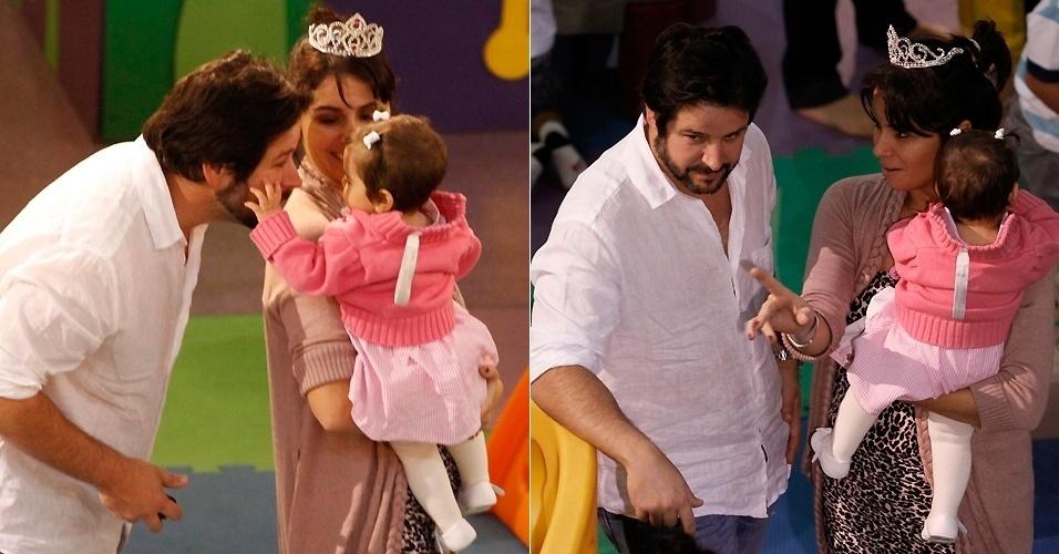 25.mai.2011 - Murilo Benício brinca com uma das filhas da atriz Giovanna Antonelli, sua ex-mulher, na festa de aniversário do filho dos dois, Pietro, em shopping do Rio de Janeiro