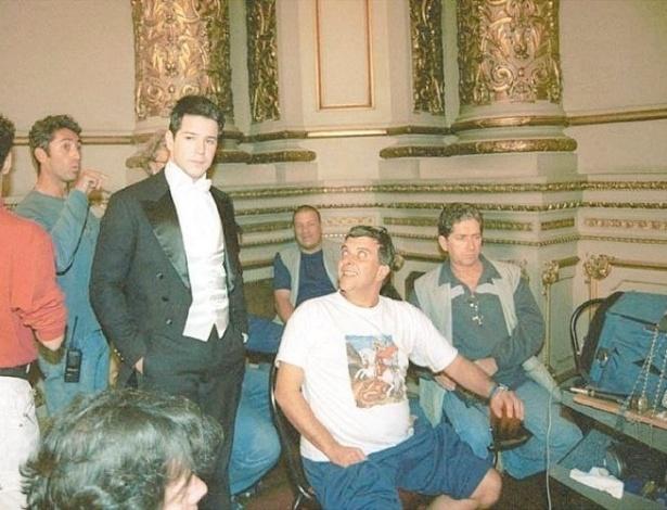 """23.jun.2003 - Murilo Benício (de fraque) e o diretor Jorge Fernando (sentado, de branco) durante gravações da novela """"Chocolate com Pimenta"""", da Globo. """"Jorginho me deu um dos meus primeiros protagonistas na Globo. Isso aconteceu em 'Vira Lata' [1996]. As pessoas não me queriam porque me achavam muito novo e o Jorginho apostou em mim"""", diz Murilo"""