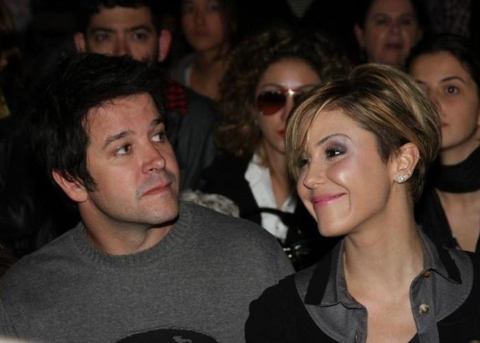 """5.jul.2010 - Murilo Benício e a atriz Guilhermina Guinle, que também faz parte do elenco de """"Ti Ti Ti"""", durante a coletiva de imprensa da novela no Projac, zona oeste carioca"""