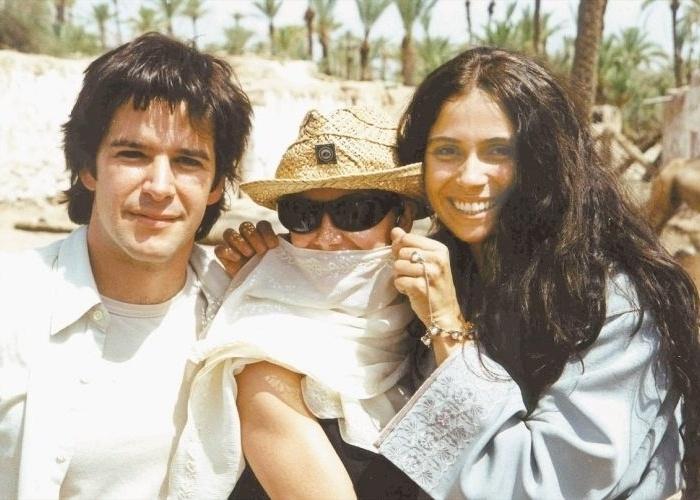 """10.ago.2001 - Murilo Benício e Giovanna Antonelli posam para o diretor Jayme Monjardim com a maquiadora Lynn Barber (centro), durante gravações da novela """"O Clone"""", da Globo"""