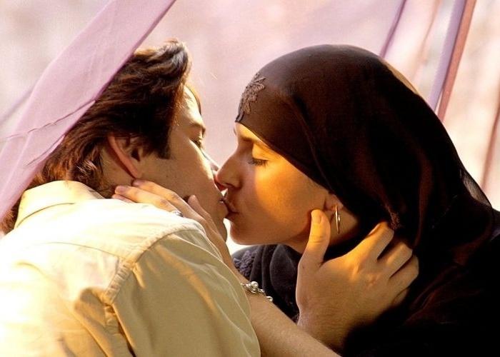 """30.out.2001 - Murilo Benício e Giovanna Antonelli se beijam em cena do capítulo da novela """"O Clone"""", da Globo. Nessa época, o ator iniciou um relacionamento com Giovanna, com quem teve um filho, Pietro"""