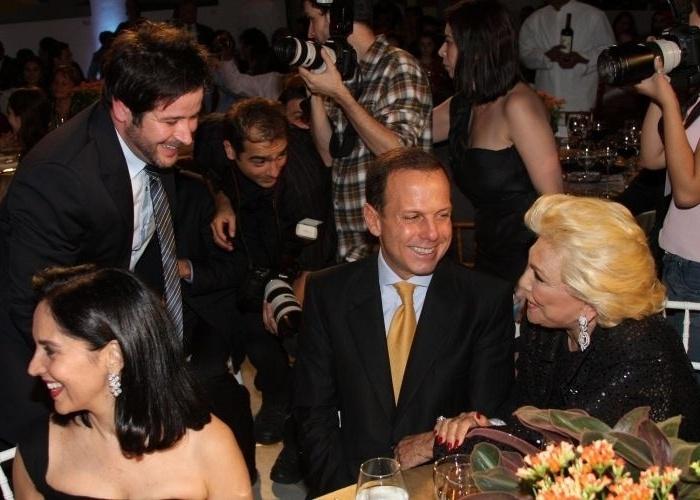 30.mar.2011 - Murilo Benício (esq.), João Dória e Hebe Camargo conversam durante leilão de figurino da apresentadora Xuxa em prol do Hospital de Câncer de Barretos