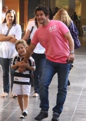 28.mai.2010 - Murilo Benício passeia com seu filho Pietro, fruto de seu relacionamento com a atriz Giovanna Antonelli, em um shopping da zona sul carioca