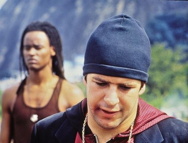 """O cantor Toni Garrido (ao fundo) faz o papel-título e Murilo Benício interpreta Lucinho em """"Orfeu"""", filme dirigido por Cacá Diegues (4/5/99)"""