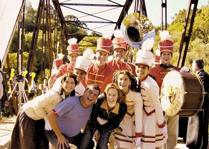 """17.jul.2003 - O diretor Jorge Fernando posa com elenco da novela """"Chocolate com Pimenta"""", novela da Rede Globo, em Francisco de Paula, Rio Grande do Sul"""