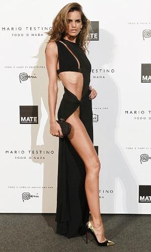 Não foi só a a ausência da calcinha que chamou atenção no look de Izabel Goulart; a magreza da modelo também repercutiu nas redes sociais
