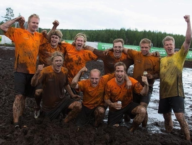 Jogadores do Telinekataja, da Finlândia, comemoram o título do Campeonato Mundial de Futebol no Pântano (14/7/12)