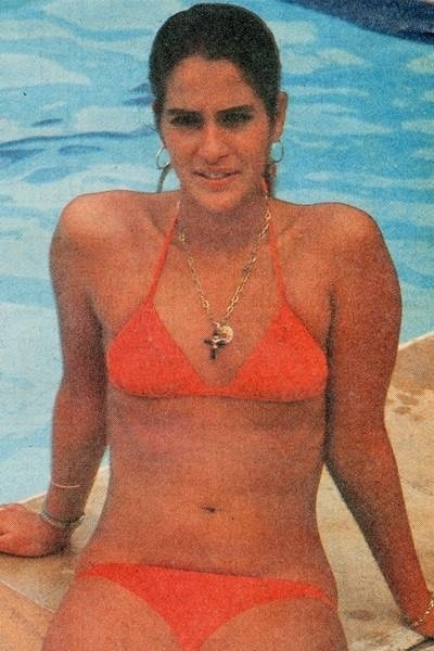 A atriz L&#250;cia Ver&#237;ssimo curte uma piscina em 1987