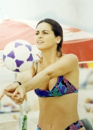 A atriz Suzy Rêgo joga vôlei de praia no início do verão de 1994