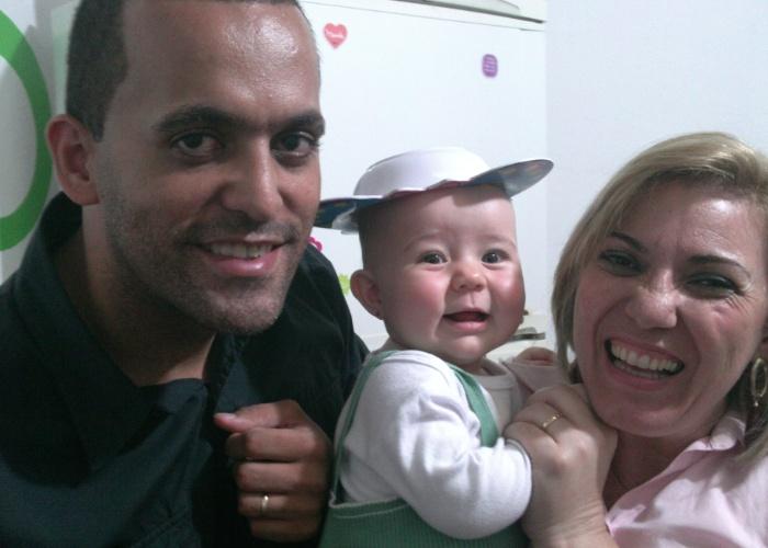 A pequenina Sophia Laura Felix Lima leva vovó Laura em seu nome. Na imagem, ela aparece ao lado do pai na casa da mãe, Suelen Silva Felix. Eles são de São Paulo