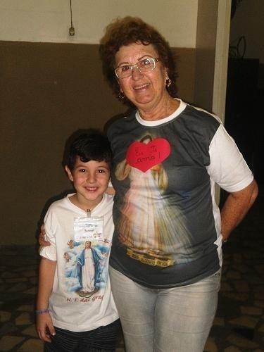 A vovó Sandra, do pequeno Samuel, foi com o netinho à comemoração do dia das mães na catequese Matriz Santa Rosa de Lima, no Rio de Janeiro