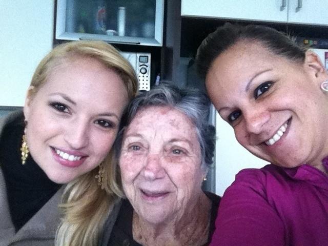 """""""Avós deveriam ser eternas. O amor que sentimentos por nossa avó não tem preço"""", dizem as netas da vovó Olga, Tatyana (esquerda) e Nayra. O trio é da capital paulista"""