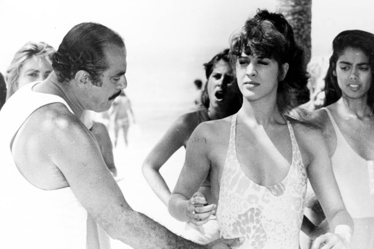 Claudia Raia grava cena na praia em foto sem data
