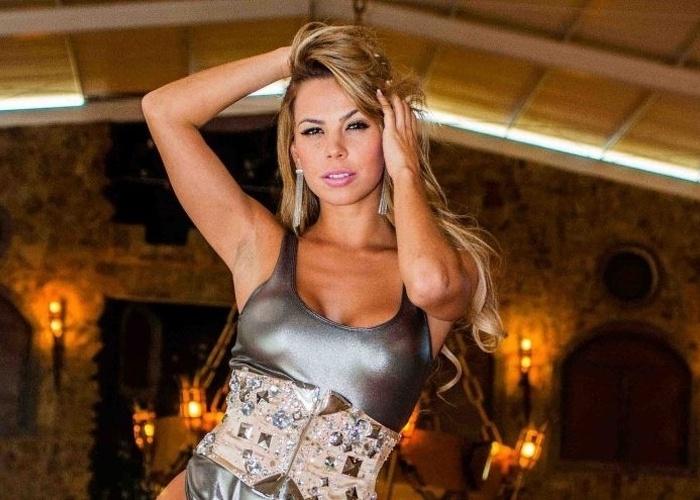 Helen Cris, bailarina do 'Domingão do Faustão', decidiu ousar e fez um ensaio sensual, que foi divulgado na terça-feira (17/7/12) pela assessoria da dançarina. Nas fotos, ela posa com roupas provocante, abusando de seu 'sex appeal'