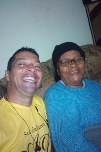 """""""Na foto estou com a avó da minha esposa, chamada Luzinete.A minha já é falecida, mas essa é como se fosse minha mãe. Amo muito essa véinha"""", conta o internauta Sérgio de São Paulo"""