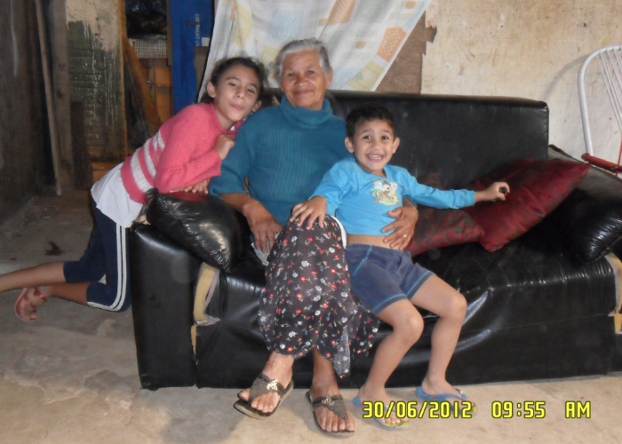 """Os sapecas Isabela e Samuel se divertem na casa da vovó Marlete, em Campinas (SP). """"Amamos ela demais"""", conta Cleonice, mãe da duplinha"""
