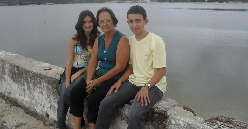 Rafael César e Ana Carla posam ao lado da vovó, Maria José, em uma paisagem de São Pedro da Aldeia (RJ). O trio é da cidade de Oliveira (MG).