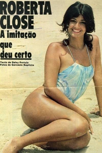 Roberta Close aparece em foto de revista com um maiô azul. A imagem não tem data