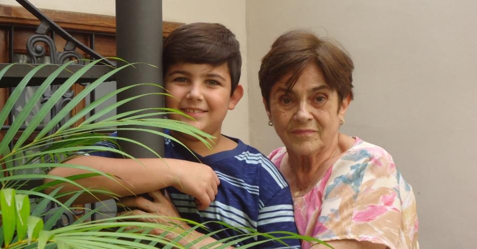Heitor Reder Elias, de Santo Antônio de Pádua (RJ), posa ao lado da avó Rita Marleni.