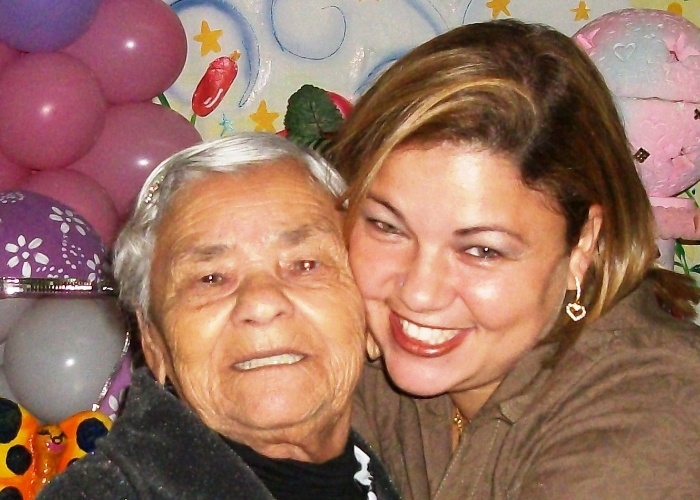 """Lucimara da Silva Soares posa ao lado da avó Amélia Maria da Silva. """"Minha vó e mais que especial porque tem uma grande papel em minha vida ela é carinhosa,doce presente sempre em todos com momentos e principalmente tem o toque todo especial de ser mãe""""."""