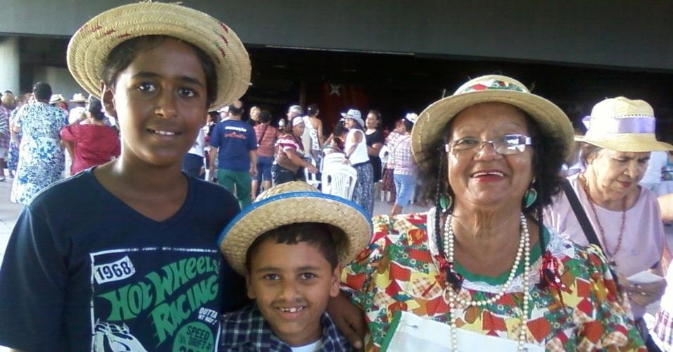 Vovó Lizete, de Recife (PE), curte festa ao lado dos netos Wallace (esq) e Nicolas (dir).