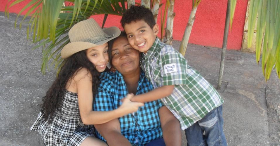 """Vovó Maria das Graças curte o abraço dos netos Yasmin e Daniel. """"Vovó, nós te amamos incondicionalmente!""""."""