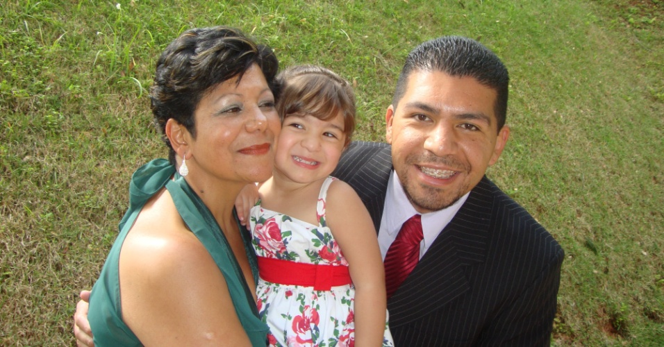 Wellington, de Guarulhos (SP), posa ao lado de sua mãe Neusa, que é a vovó de sua filha Laura.
