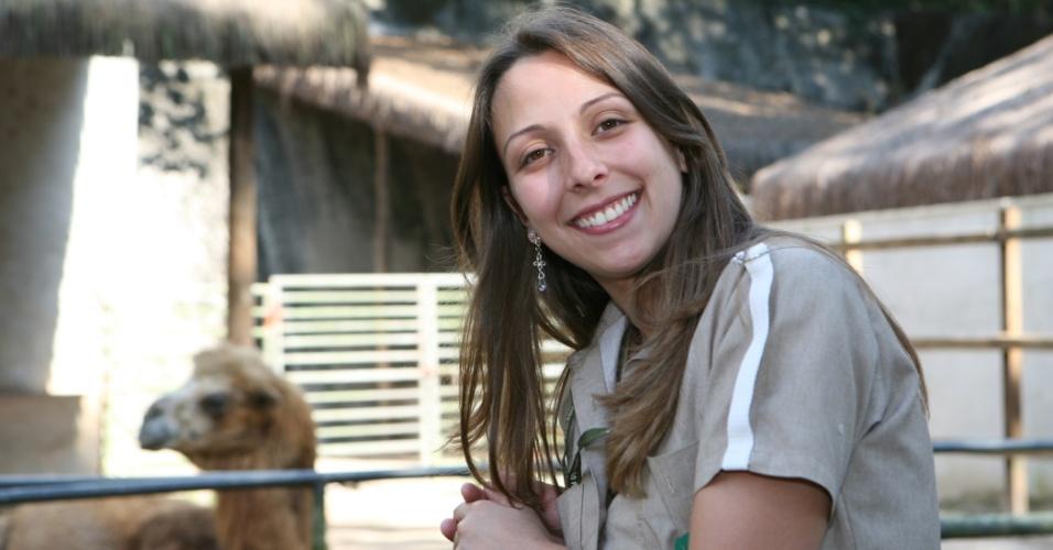 """A bióloga Ana Carolina explica que """"o trabalho no zoológico proporciona uma grande aproximação com os bichos. Você consegue perceber que cada animal tem a sua característica, a sua personalidade""""."""