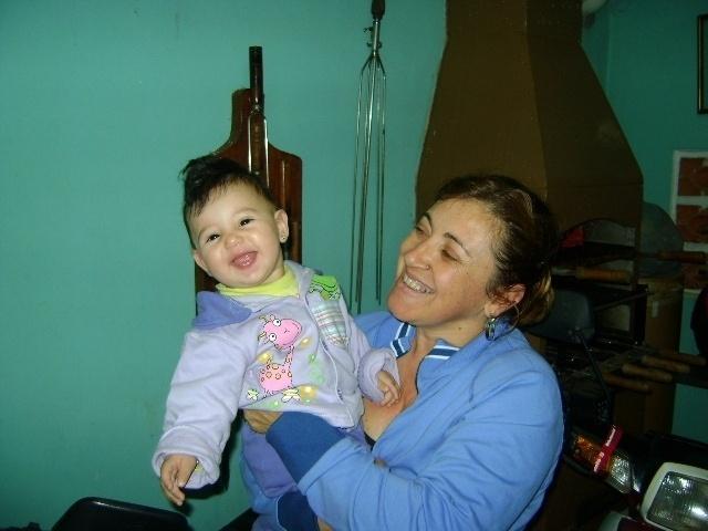 A bebê Júlia Rossi parece estar se divertindo no colo da vovó Ana Maria. Elas moram na cidade de Taiúva (SP).