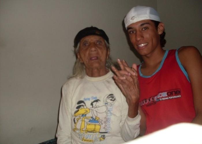 """""""Amo minha avó mais que tudo e até chamo ela de mãe"""", declara o internauta Pedro Ivo Nogueira Silva. Pedro conta que dona Rita Rodrigues da Silva andou passando por problemas de saúde, mas que agora está boa e vai completar 90 anos no ano que vem. """"Quero vê-la centenária""""."""